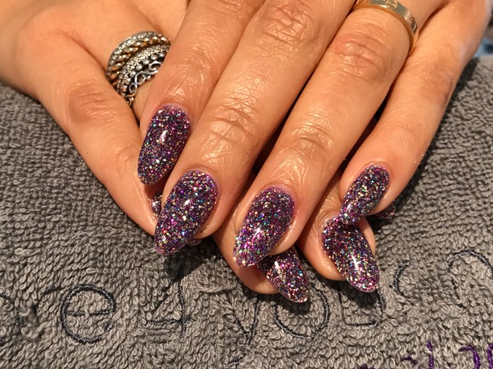 Acryl nagels met glitters bij Care 4 Your Nails - nagelstudio rotterdam